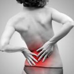 Femme se tenant le dos  cause de la douleur